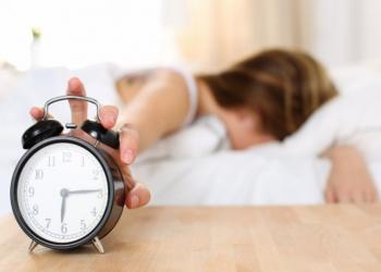 دراسة: استيقاظ المرأة مبكرا يقلل إصابتها بسرطان الثدي
