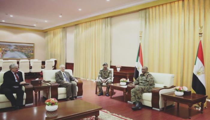 رئيس العسكري السوداني يلتقي المبعوث الأمريكي بالخرطوم