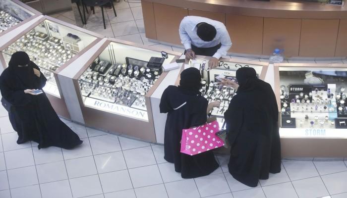 فتح المتاجر في أوقات الصلاة يثير جدلا في السعودية