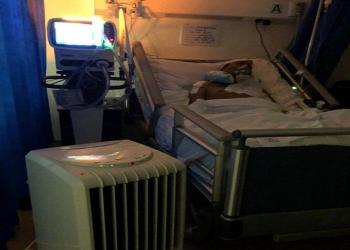 أسرة مريض تضطر لتركيب مكيف بغرفته  في مستشفى بجازان