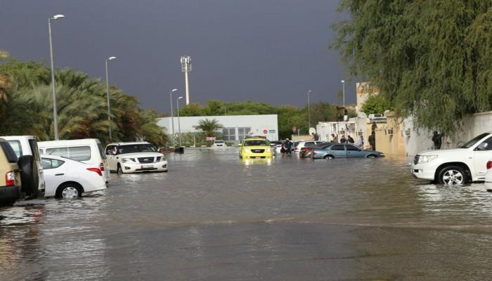 سيول في العين الإماراتية وتحذيرات من الأرصاد الجوية