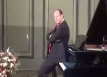 عازف يجلس على أغلى بيانو بمصر ويتسبب في إقالة مدير متحف