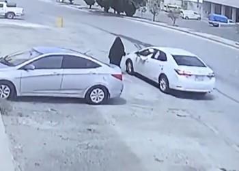 السلطات السعودية تحقق في سرقة سيدة وسحلها على الأرض