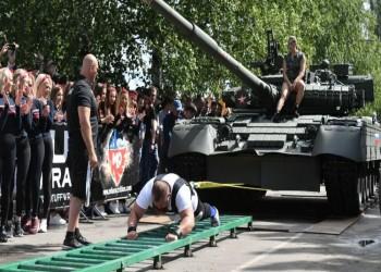 رياضيون يجرون دبابة تي 80 روسية وسط التصفيق (فيديو)