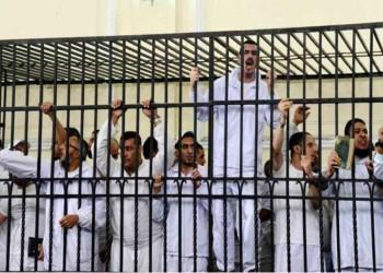 معتقلون يضربون عن الطعام منذ وفاة مرسي وحملات تعذيب وتغريب بحقهم