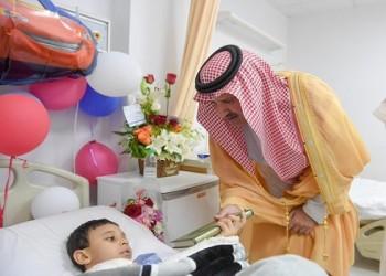 أمير المدينة المنورة يزور الطفل المصري فاقدوالديه