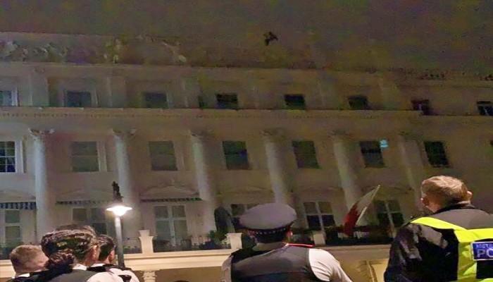 ناشط بحريني يحتج على الإعدامات فوق سفارة بلاده بلندن