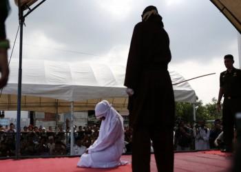 100 جلدة لرجلين وامرأة في إندونيسيا.. تعرف على السبب