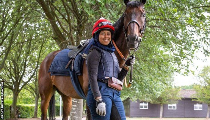 خديجة ملاح.. أول محجبة تشارك بسباق خيول في بريطانيا