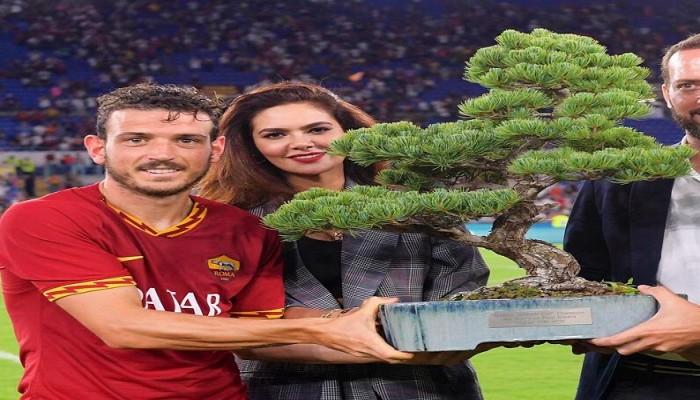 روما يستعين بفنان مصري للاعتناء بكأس الشجرة