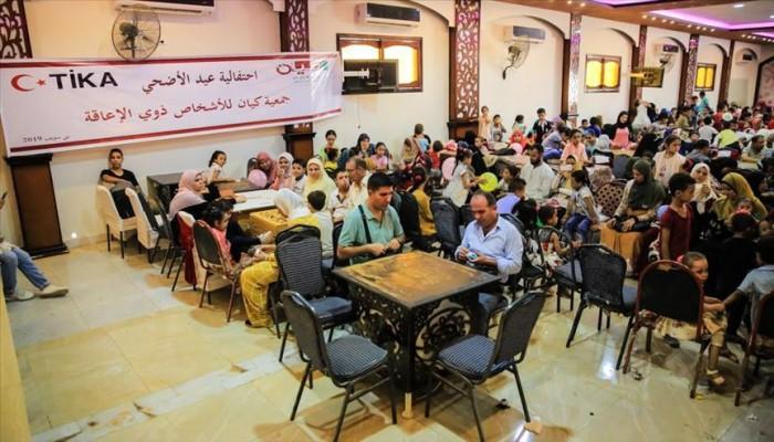 """""""تيكا"""" التركية توزع لحوم الأضاحي على 1500 أسرة مصرية"""