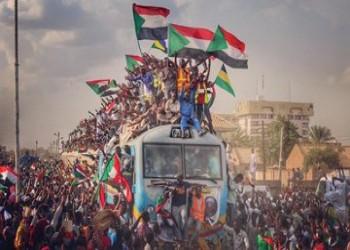 سودانيون وعرب يحتفلون بتوقيع الاتفاق الدستوري
