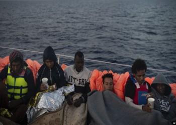 مهاجرون يقفزون في المياه الإيطالية بسبب وزير داخليتها
