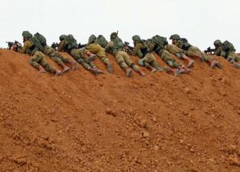 جنود إسرائيليون مدججون بالسلاح يخافون مواجهة شاب فلسطيني
