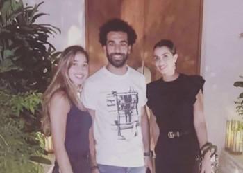 صورة غامضة مع زوجة مدير برشلونة تثير الجدل حول مستقبل صلاح