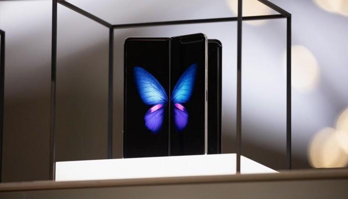 سامسونغ تعرض أول هواتفها الذكية المطوية وتطرحه بالسوق