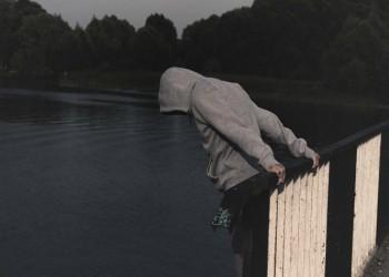 فيس بوك تشدد سياساتها لمكافحة الانتحار