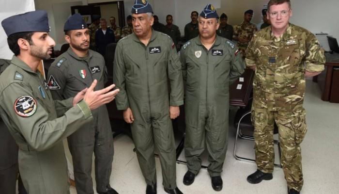 قائد سلاح الجو العماني يتابع التمرين الجوي البساط السحري
