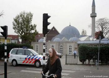 لافتات مناهضة للإسلام على أحد مساجد هولندا
