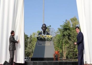 بارزاني يزيح الستار عن تمثال لغاندي في أربيل