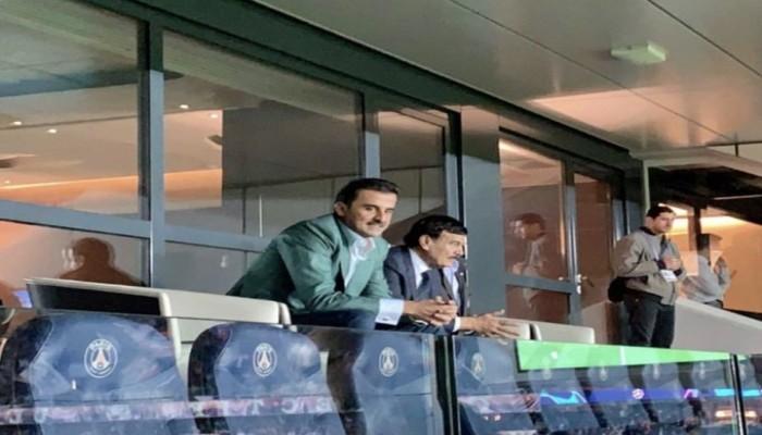قطريون يتفاعلون مع صور أميرهم في مباراة سان جيرمان والريال