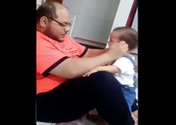 فيديو تعذيب أب لرضيعته يثير غضبا ومطالبات بمحاسبته