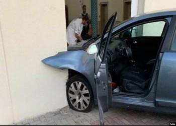 رجل يقتحم مسجدا في فرنسا عمدا بسيارته.. وإصابته (صور)