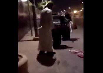 فيديو لرجل يعتدي على سيدة في السعودية يثير جدلا
