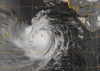 السلطات العمانية تحذر من تطور العاصفة المدارية هيكا