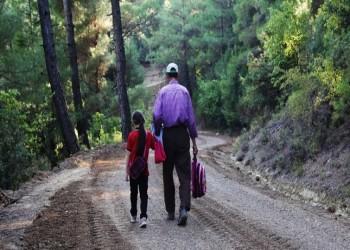 طوله 4 كلم.. تركي يشق لابنته طريقا وسط الجبال إلى المدرسة