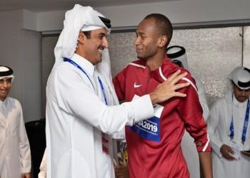 سعادة الشيخة موزا وعناق أمير قطر لمعتز برشم يشعلان تويتر