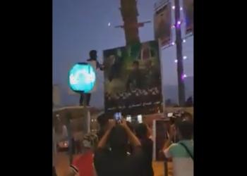 محتجون عراقيون يحرقون صورة خامنئي في كربلاء (فيديو)