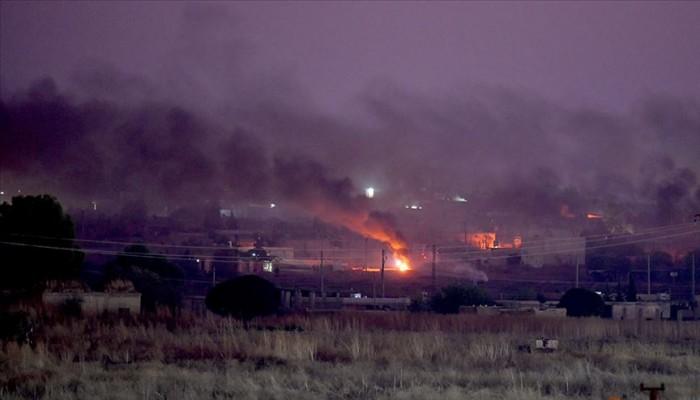 مسلحون أكراد يضرمون النيران بالإطارات في رأس العين السورية (فيديو)