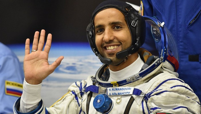 رائد الفضاء الإماراتي يثير سخرية لحديثه عن كروية الأرض