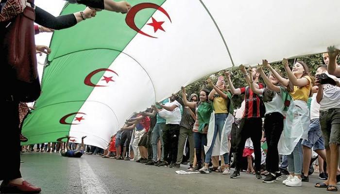 قانون جزائري يمنع العسكريين من ممارسة السياسة