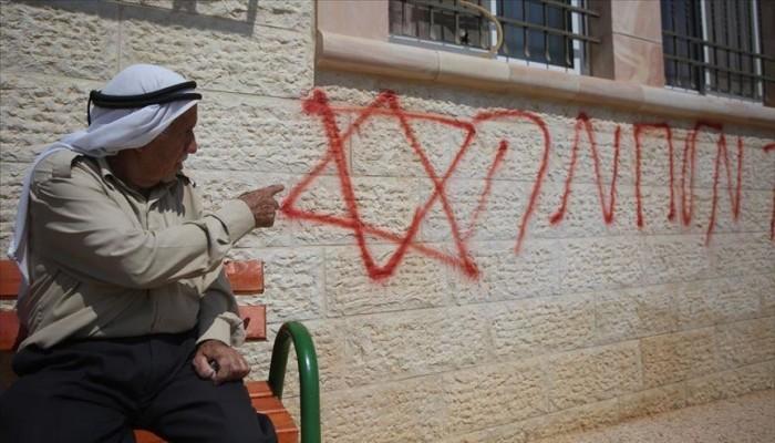 مستوطنون يخطون شعارات عنصرية على منازل ومركبات بالضفة الغربية