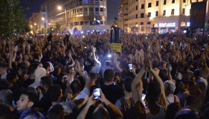 لبنان يتراجع عن فرض ضريبة واتس آب ويعطل الدراسة