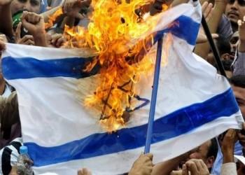 ناشطون لبنانيون يحرقون علم إسرائيل خلال مظاهراتهم (فيديو)