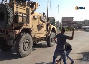 أكراد يقذفون الأمريكيين المنسحبين من سوريا بالثمار الفاسدة (صورة)
