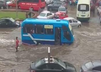 مصر: صرف الأمطار يتكلف مليارات.. ومغردون: ماذا عن القصور؟