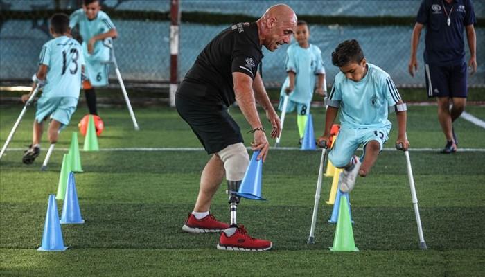 بقدم واحدة وعكازين.. أطفال غزة على طريق العالمية في كرة القدم
