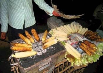 مصري صادروا عربته لبيع الذرة يصرخ: عايز أعشي عيالي (فيديو)