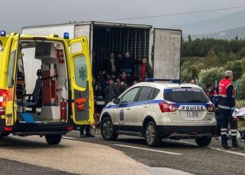 العثور على 41 مهاجرا أحياء في شاحنة تبريد باليونان