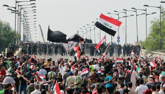 القوات العراقية تستعيد 3 جسور من المتظاهرين في بغداد