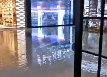 الأمطار تغمر دبي مول.. وتحذيرات إماراتية من مفاجآت الطقس