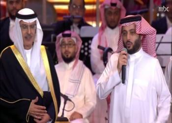 فيديو.. تركي آل الشيخ يكرّم الأمير بدر ويهديه تمثالاً من الذهب