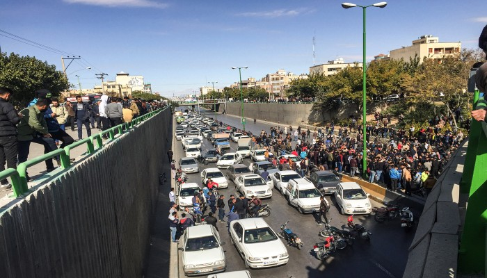 بلومبرج: اضطرابات إيران تزيد الضغط على وكلائها بالعراق ولبنان