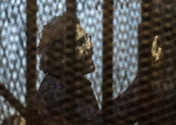 مصر.. أسرة علاء عبدالفتاح تحتفل بعيد ميلاده الـ38 أمام السجن