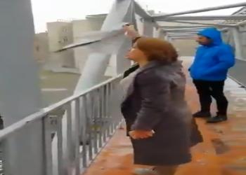 إيرانية تخلع الحجاب وتهاجم خامنئي: يساعد نظام سوريا ويتركنا (فيديو)