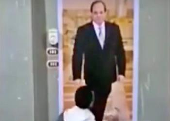 أب مصري يقبل قدم السيسي في صورة باكيا ليرى ابنه المعتقل